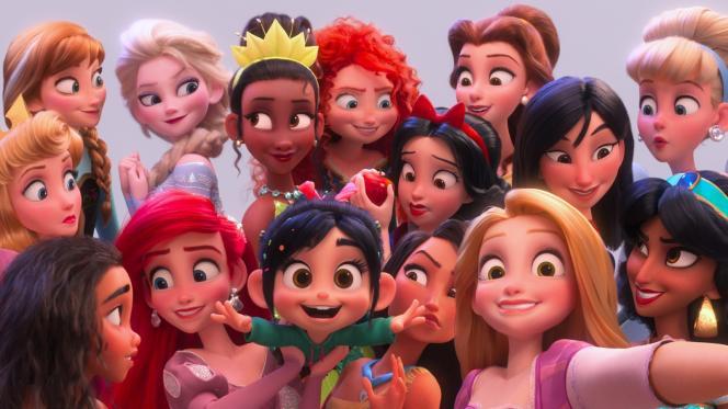 Vanellope, l'héroïne du jeu Sugar Rush, entourée des princesses Disney dans«Ralph 2.0», dePhil Johnston et Rich Moore.