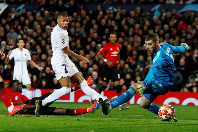 Kylian Mbappé trompe le gardien de Manchester United pour marquer le second but du PSG, à Old Trafford, le 12 février.