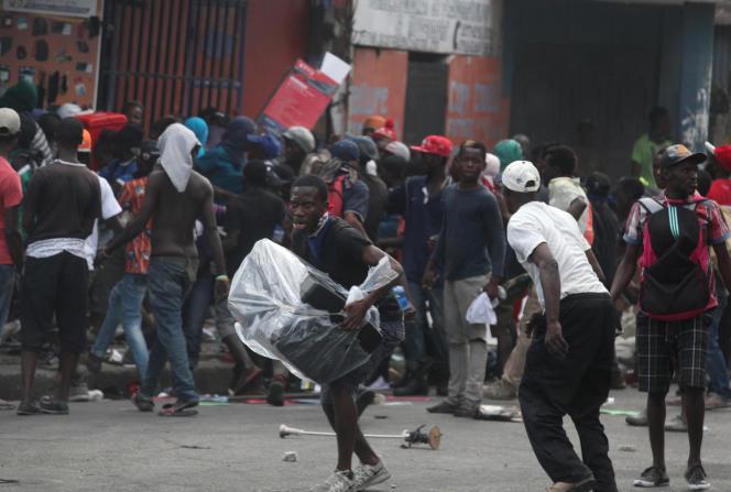 Des scènes de pillage lors d'une manifestation contre le président haïtien à Port-au-Prince, le 12 février.