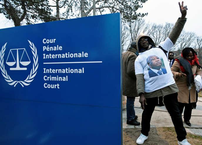 Un supporteur de Laurent Gbagbo célèbre, devant la Cour pénale internationale à La Haye (Pays-Bas), la remise en liberté conditionnelle de l'ancien président ivoirien, le 1er février 2019.