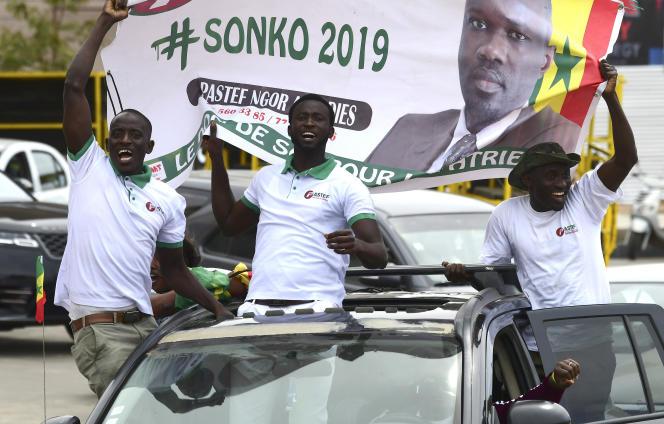 Des supporteurs d'Ousmane Sonko lors du premier jour de la campagne électorale, dans le quartier de Ngor, à Dakar, dimanche 3 février 2019.