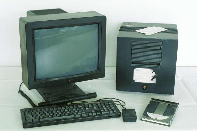 Le premier serveur WWW: en 1990, sur cette machine NeXT Tim Berners-Lee developpa le premier serveur WWW, le navigateur multimédia et l'éditeur web. © 1990 CERN