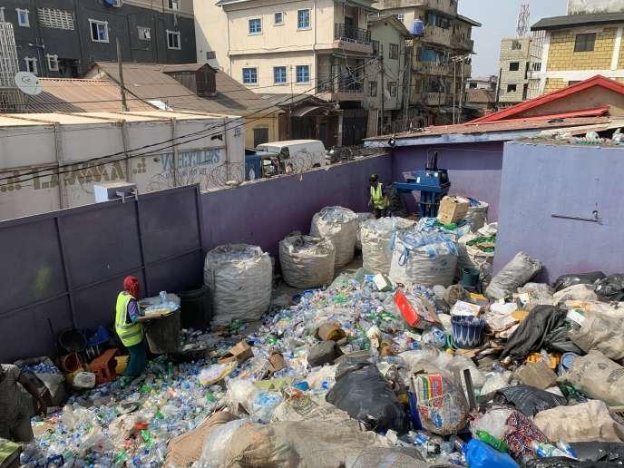 Dans un entrepôt de la société Wecyclers, la première entreprise de recyclage de déchets au Nigeria, à Lagos Island, débutfévrier 2019.