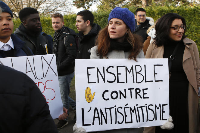 Des étudiants lors d'une cérémonie en hommage à Ilan Halimi, àSainte-Geneviève-des-Bois (Essonne), le 13 février 2019, deux jours après que deux arbres plantés à sa mémoire ont été profanés.