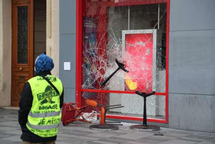 De nombreuses dégradations de commerces ont eu lieu lors des manifestations des« gilets jaunes»(ici le 2 février à Paris).