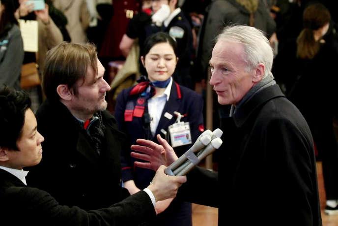 Jean-Dominique Senard, nouveau président de Renault, parle aux journalistes à son arrivée à l'aéroport de Tokyo, le 14 février.
