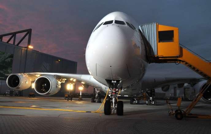 Un A380 sur le tarmac de l'usine airbus d'Hambourg.