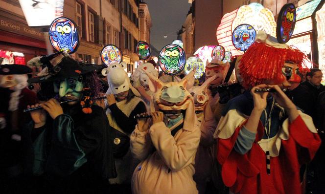 Des milliers de joueurs de fifre et de tambour défilent dans les rues bâloises (Suisse) pour « les 3 plus belles journées de l'année».
