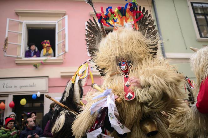 Lors du carnaval, les Korenti, habillés de peau de mouton, passent de maison en maison chasser les démons de l'hiver et apporter l'abondance.