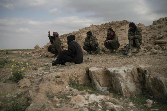 Des combattants des Forces démocratiques syriennes près du village de Baghouz, en Syrie, le 14 février 2019.
