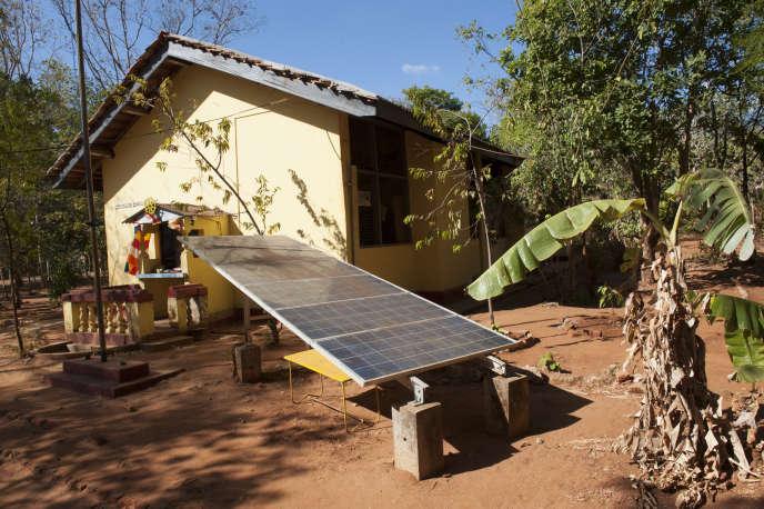Sri Lanka, Sigiriya, panneau solaire d'une école de brousse.