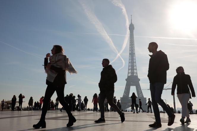 Touristes sur l'esplanade du Trocadéro à Paris, le 13 février.