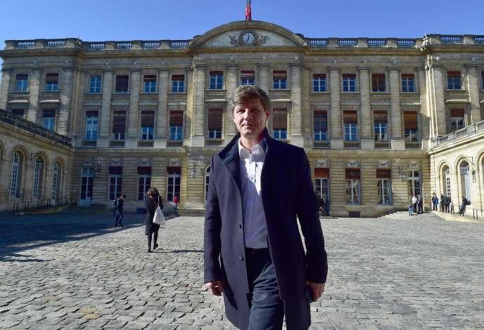 Nicolas Florian dans la cour de la mairie de Bordeaux, le14février.