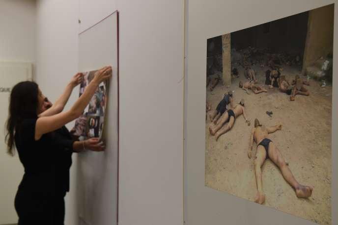 A Genève, en 2016, lors d'une exposition par une ONG de photos issues du dossier« César», sur la torture dans les prisons syriennes.