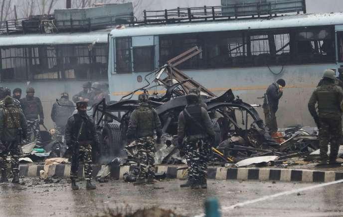 Un convoi de la Central Reserve Police Force, une force paramilitaire indienne, attaqué sur une autoroute à une vingtaine de kilomètres de Srinagar, le 14 février 2019.