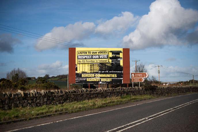 Un panneau hostile au retour de la frontière entre les deux Irlandes, le 9 février près de Newry.