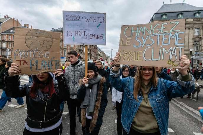 Des jeunes participent à une marche pour le climat à Strasbourg le 27 janvier.