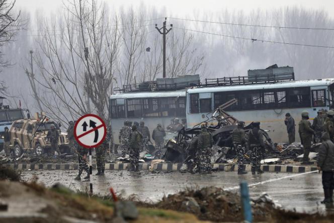 Sur le site d'une attaque-suicide qui a tué plus de quarante paramilitaires indiens, à Pampore, au Cachemire indien, le 14 février.