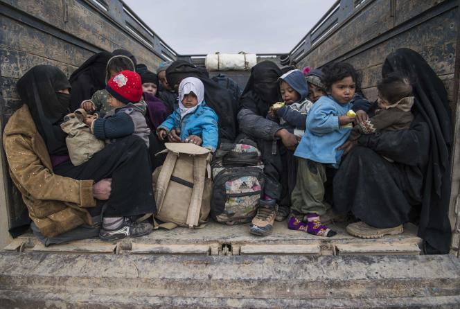 Des femmes et des enfants qui fuient la dernière poche de l'EI attendent à l'arrière d'un camion dans la province de Deir Ezzor, dans l'est syrien, le 14 février 2019.