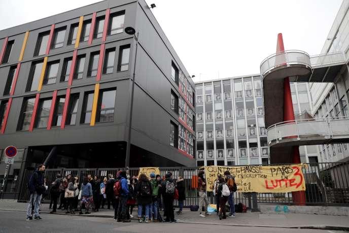 Devant le site Censier de l'université Paris-III, bloqué pour protester contre la hausse des frais d'inscription pour les étudiants étrangers non européens, le 5décembre 2018