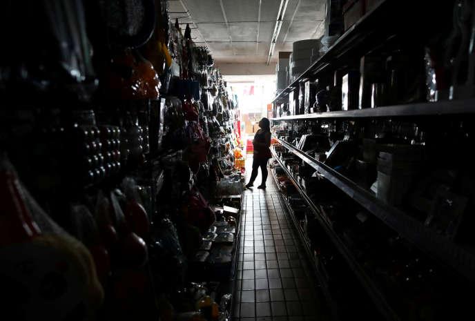 Dans un magasin de Johannesburg, en Afrique du Sud, pendant une coupure d'électricité, le 12février2019.