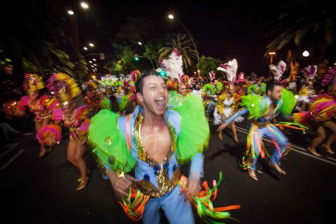 Pendant plusieurs jours, les défilés se font sur des rythmes caribéens et brésiliens et colorent les rues de Tenerife (Espagne).