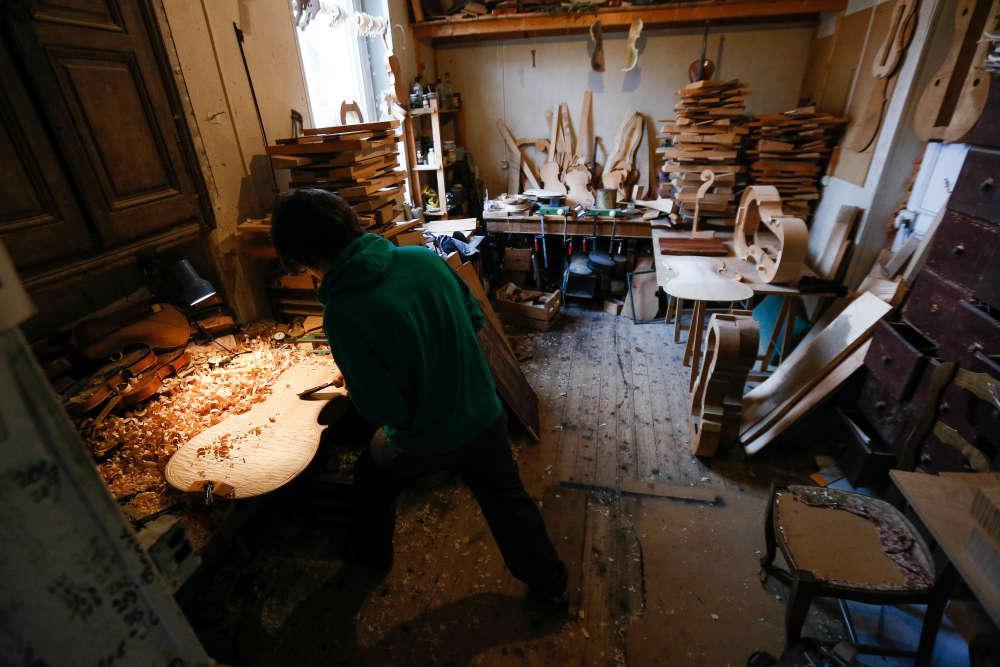 Installé à Mirecourt, dans les Vosges, l'artisan de 31ans signe à présent ses propres violons et violoncelles.