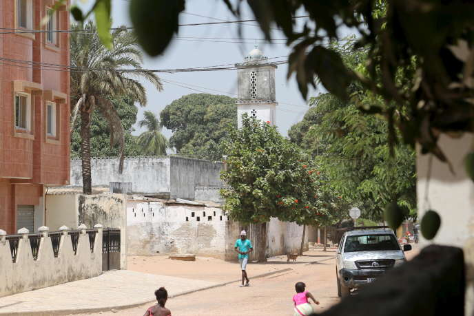 Une rue de Ziguinchor, capitale historique de la Casamance, au Sénégal, en mars 2016.