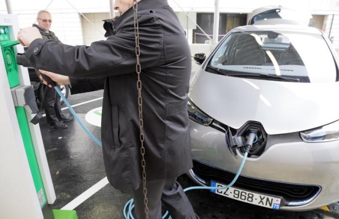 Borne de charge pour véhicules électriques, à Paris, en 2014.