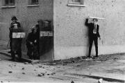 Un jeune catholique nord-irlandais s'en prend à la police, à Londonderry, en 1971.