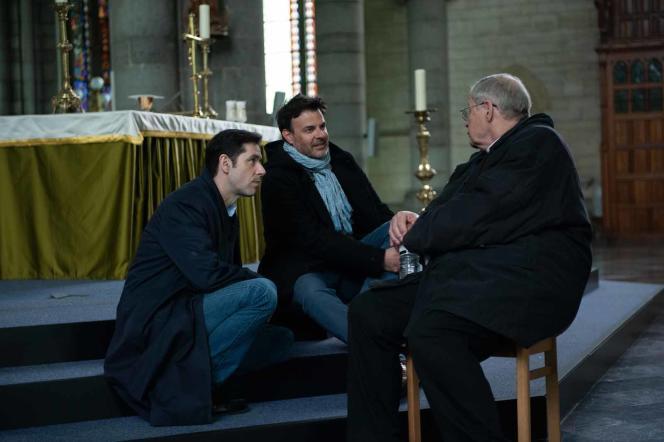 François Ozon (au centre), avec les acteurs Melvil Poupaud (à gauche) et Bernard Verley (de dos) sur le tournage du film«Grâce à Dieu».