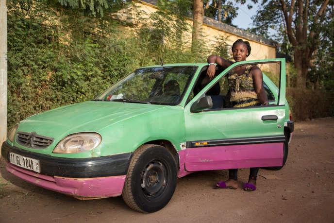 Bibata Gansagné, seule femme chauffeur de taxi de la capitale du Burkina Faso, le 1ermai 2018.