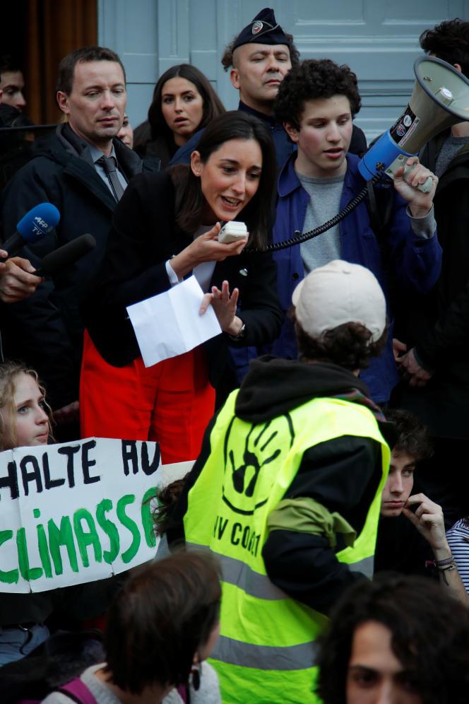 La secrétaire d'Etat Brune Poirson interpellée par les étudiants et lycéens mobilisés pour l'urgence climatique, à Paris, le 15 février.