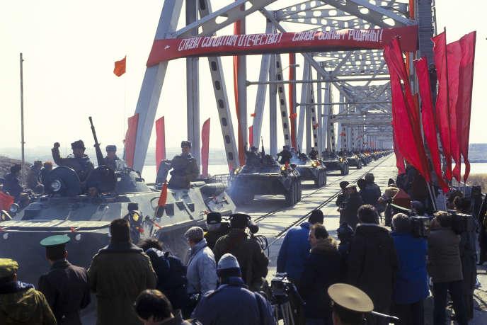 Le 15 février 1989, des véhicules de l'Armée rouge quittent l'Afghanistan en empruntant le pont de Termez entre l'Afghanistan et l'Ouzbékistan, alors république soviétique.