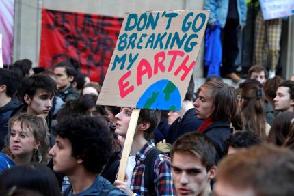 Des jeunes manifestentpour le climat, à Paris, le 15 février 2019.