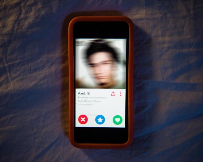 Extrait de la série photographique«GénérationTinder»,exploration photographique d'unegénération à l'heure de l'hyper-connectivité.