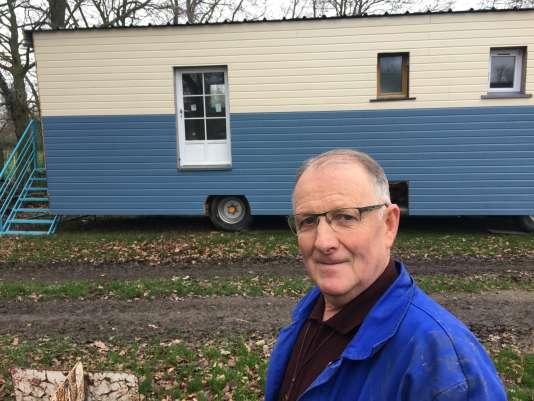 Xavier Romé, ancien agriculteur de Combourg (Ille-et-Vilaine), construit un mobil home pour SDF.