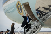 Donald Trump embarquant à bord de l'avion Air Force One, le 15 février, en direction de la Floride.
