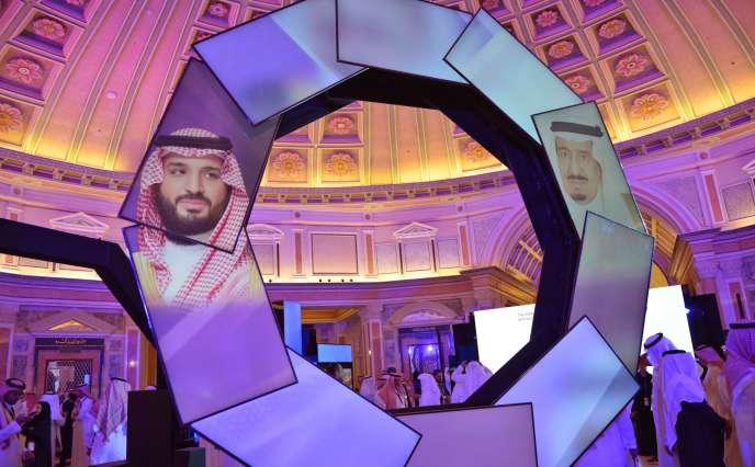 Photos du prince héritier Mohammed Ben Salman et du roi Salman projetées dans le hall du Ritz Carlton, le 28 janvier à Riyad, jour du lancement du plan d'industrialisation.
