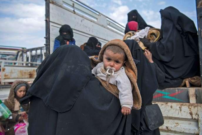 Des civils fuient de Baghouz, le 14 février 2019.
