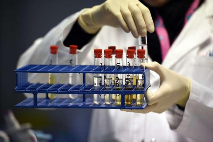 Un technicien effectue un contrôle au laboratoire de Châtenay-Malabry (Hauts-de-Seine), en 2015