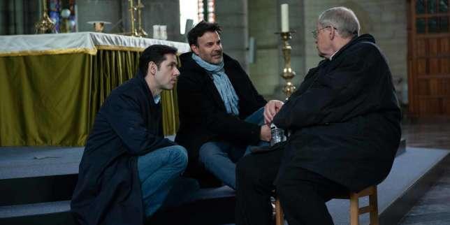 Le réalisateur François Ozon (au centre), avec les acteurs Melvil Poupaud (à gauche) et Bernard Verley (de dos) sur le tournage du film«Grâce à Dieu».
