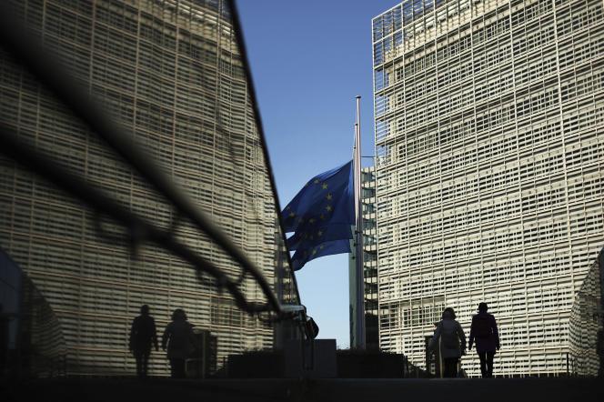 « Si la tentation est d'accuser le projet européen en lui-même, cela serait une erreur. Malgré des attentes croissantes envers elle, l'Union européenne seule ne peut pas faire grand-chose face à une urgence sanitaire.» (Siège de la Commission européenne, à Bruxelles).