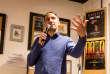 """L'essayiste Raphaël Glucksman arrive avec beaucoup de retard au café """"Les Sarrazins"""". Il était retenu à Sciences Po pour dédicacer son dernier livre """"Les enfants du vide""""."""