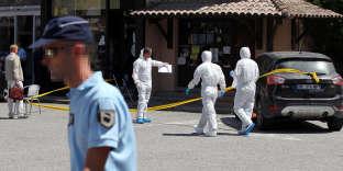 """Des policiers et des gendarmes s'activent le 07 août 2012 à Ponte-Leccia, devant le boucherie (D) où l'un des principaux dirigeants présumés du grand banditisme corse, Maurice Costa, présenté notamment par la justice comme un pilier de la bande de la """"Brise de mer"""", a été assassiné dans la matinée. Maurice Costa, 60 ans, a été tué d'au moins deux coups de feu tirés à travers la vitrine de cette boucherie du centre du village où il avait ses habitudes. Issu d'une famille de sept enfants, Maurice Costa est le onzième membre présumé de la bande criminelle de la """"Brise de mer"""" à être assassiné depuis 2008 dans le cadre de règlements de comptes notamment pour prendre la succession de ses dirigeants. AFP PHOTO / PASCAL POCHARD-CASABIANCA French forensic policemen work, on August 7, 2012 in Ponte-Leccia, French Mediterranean island of Corsica, in front of the butcher shop where an alleged major leader of the """"Breeze sea??"""" organized crime group in Corsica, Maurice Costa, was murdered in the morning. AFP PHOTO / PASCAL POCHARD-CASABIANCA (Photo by PASCAL POCHARD CASABIANCA / AFP)"""