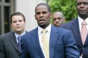 Le chanteur R. Kelly sortant innocenté d'une précédente comparution devant la justice, à Chicago, le 13 juin en 2008.