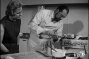 Catherine Langeais et Raymond Oliver dans l'émission« Art et magie de la cuisine», diffusée le 29 juillet 1957 sur la RTF.Sur ina.fr