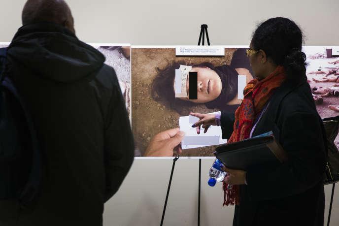 Photos de corps torturés et suppliciés par le régime syrien prises par «César», ex-membre de l'armée syrienne, exposées à New York, en mars2015.