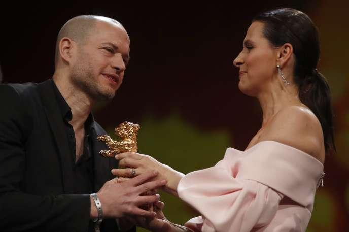 Juliette Binoche remet l'Ours d'or de la Berlinale à Nadav Lapid, le 16 février.