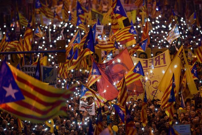 «Tous sont accusés de rébellion et de sédition, bien que ces délits requièrent nécessairement de la violence. Toutefois, la seule violence qui a eu lieu lors de ces événements est la brutalité policière. » (Photo: manifestation de soutien à l'indépendantiste catalan Oriol Junqueras, à Barcelone, le 16 février.)